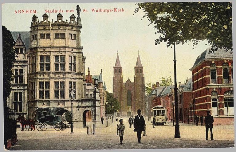 Zicht op de Walburgiskerk in 1913. De torens waren toen tweelingbroertjes.